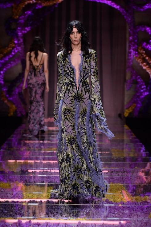 Bộ cánh nữ giám khảo chọn nằm trong bộ sưu tập Atelier vừa tung ra mùa thu này của Versace.