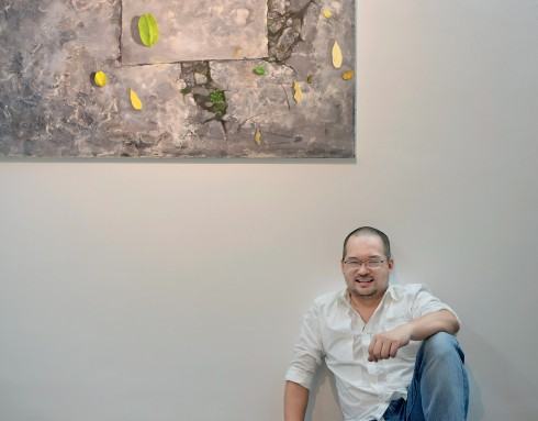 """Chủ nhân Phạm Quang Ngọc và tác phẩm """"Trong một buổi chiều"""" của họa sĩ Lý Hùng Anh."""