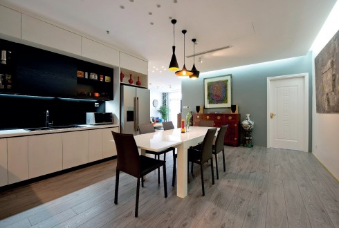 Góc bàn ăn và bếp của cả gia đình với thiết kế hiện đại và tiện dụng.