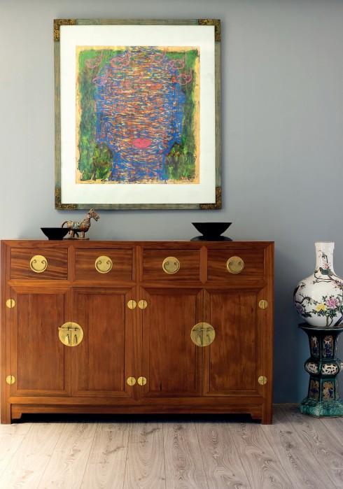 """Tủ gỗ kiểu xưa, đôn gốm cổ Biên Hòa, độc bình sứ Giang Tây, tác phẩm """"Mây Hồng"""" của họa sĩ Hà Mạnh Thắng, 2006."""