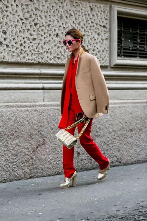 Bạn nên để phụ kiện đi kèm mang những tông trung tính để cân bằng sự chói lọi của màu đỏ.