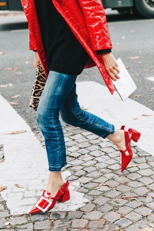 """Màu đỏ và các tông đỏ không kén màu da như nhiều người vẫn lầm tưởng. Bên cạnh đó, """"quá nhiều màu đỏ"""" không bao giờ là quá nhiều, trừ khi bạn biết cách phân chia tỉ lệ màu sắc và chọn loại quần áo phù hợp."""