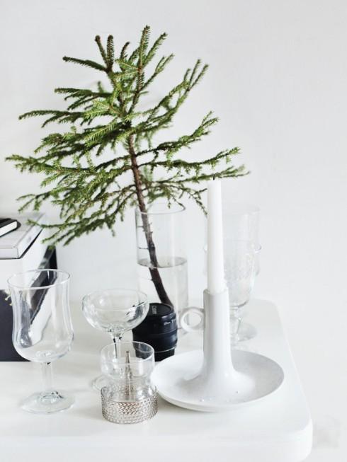 Thay vì cắm lọ hoa cầu kì,   một nhánh thông sẽ đem đến nét tinh tế, mới lạ trên bàn tiệc.