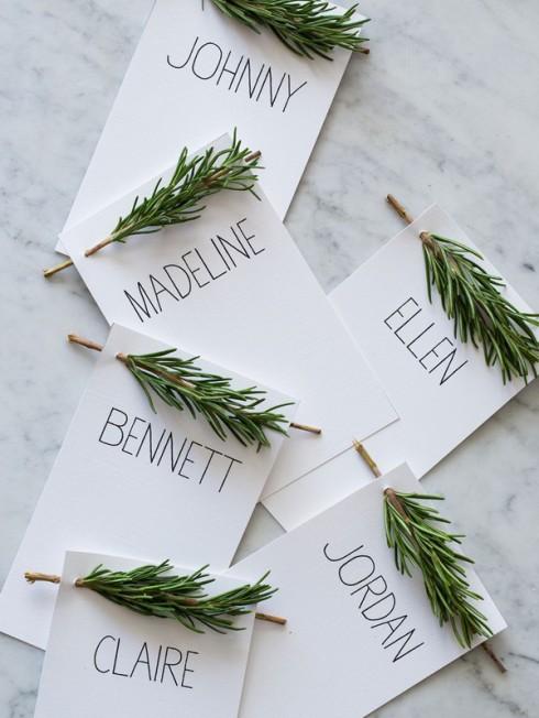 Trang trí thiệp mời bằng một nhánh thông - biểu tượng của mùa Giáng Sinh.