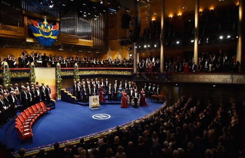 Trước buổi yến tiệc là lễ trao tặng huân chương Nobel. 10 nhà nghiên cứu và học giả đã được xướng tên trong buỗi lễ danh dự này