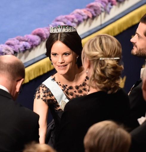 Công chúa Sofia rất nhiêt tình tiếp khách trước khi ngồi vào chỗ của mình trong buổi tiệc