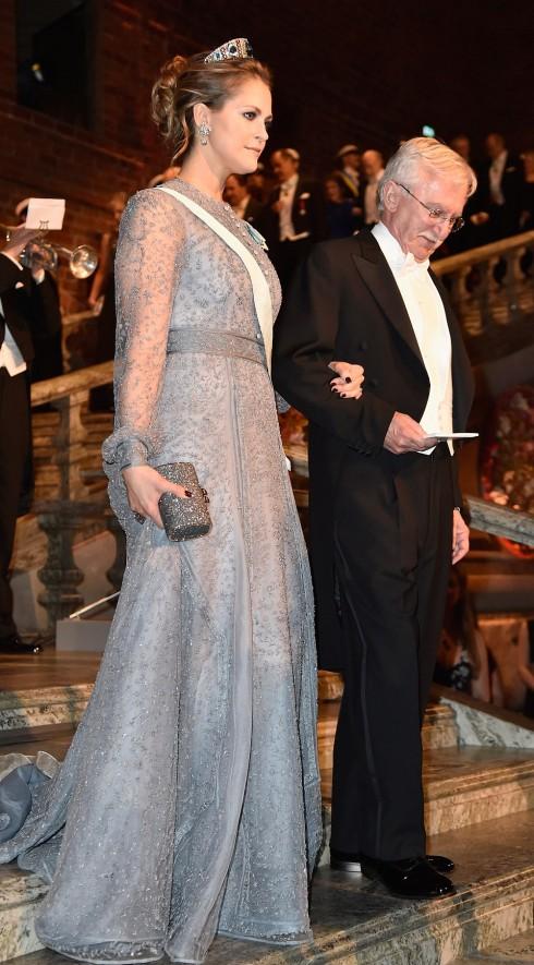 Công chúa Madeleine, con út của đứa vua King Carl XVI Gustaf và Hoàng hậu Sylvia đội một chiếc vương miện Aquamarine Kolonshnik và chiếc váy màu lilac.  Công chúa Madeleine được hộ tống bởi Paul Modrich, nhà nghiên cứu đoạt giải Nobel Hóa học 2015