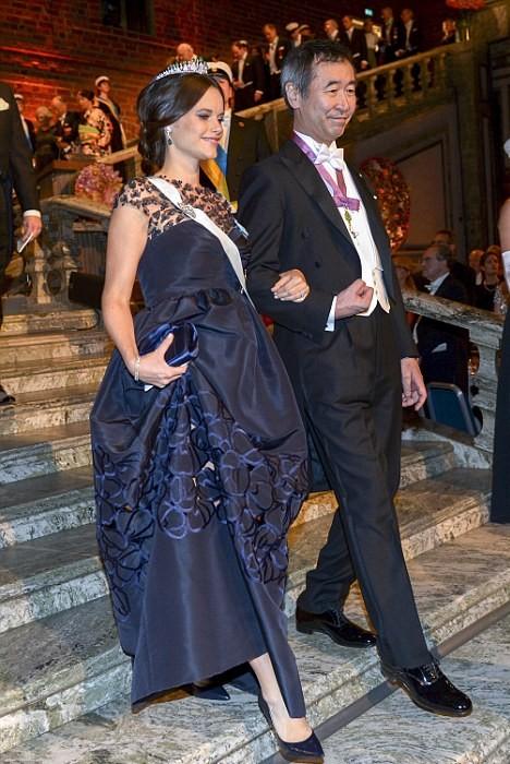 Công chúa Sofia mặc một chiếc váy dạ hội dài của Oscar de la Renta, điểm xuyết thêm chiếc vương miện kim cương và ngọc lục bảo yêu thích của mình. Công chúa Sofia bước vào buổi tiệc với sự hộ tống của Takaaki Kajita, học giả nhận giải Nobel Vật lý 2015