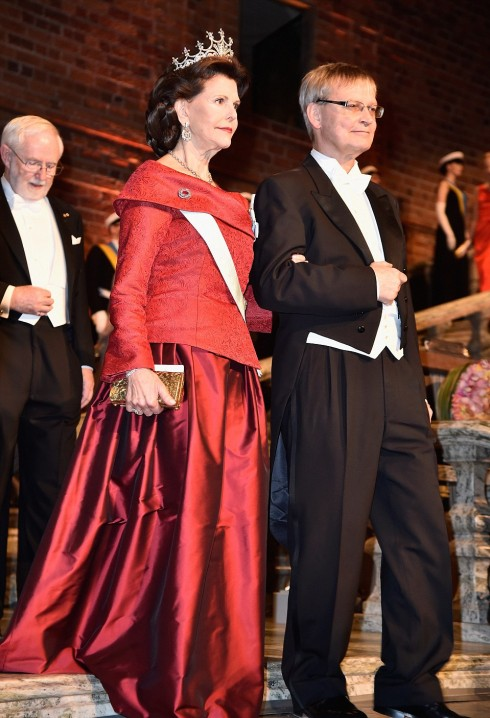 Hoàng hậu Silvia đẹp lộng lẫy trong chiếc váy dạ hôi màu đỏ và chiếc vương miện của bà được đính 500 viên kim cương. Trong màn mở đầu của buổi tiệc bà được hộ tống bởi Giáo sư Carl- Henrik Heldin, một nghiên cứu y sinh người Thụy Điển và phó chủ tịch của Hội đồng Nghiên Cứu Châu Âu