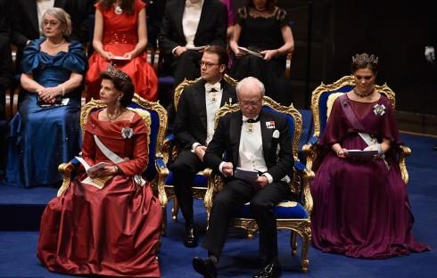 Hoàng hậu Silivia ngoài cùng bên trái, Hoàng tử Daniel ở giữa, Đức vua Carl Phillip XVI Gustaf , tiếp đến là công chúa Thụy Điển Victoria ngồi ngoài cùng trong lễ trao tặng huy chương Nobel 2015
