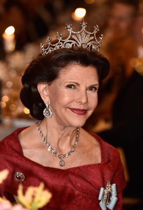 Vẻ đẹp của hoàng hậu Silvia được tôn lên bởi chiếc vương miện mang tên Nine Prong cùng với chiếc dây chuyền và hoa tai kim cương. Vương miện Nine Prong được cho là chiếc vương miện bà yêu thích nhất , được đính bởi 500 viên kim cương