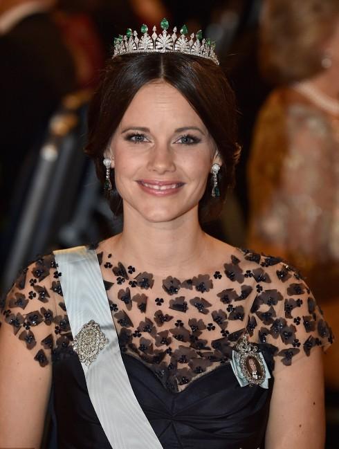 Công chúa Sofia, cựu người mẫu bikini, mặc dù  ban đầu phải nhận một chút bất bình từ Hoàng gia khi được Hoàng tử Carl Phillip dẫn về ra mắt với gia đình, ngày hôm nay vẫn rạng rỡ trong chiếc váy Oscar de la Renta, cùng với chiếc vương miện được đính bởi kim cương và ngọc lục bảo được thiết kế riêng cho Sofia trong ngày cưới của cô