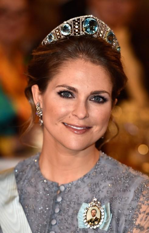 Công chúa Madeleine trong lối trang điểm tự nhiên và kiểu tóc làm tôn lên chiếc vương miện hình vòm được đính những viên ngọc xanh biển trên nền kim cương