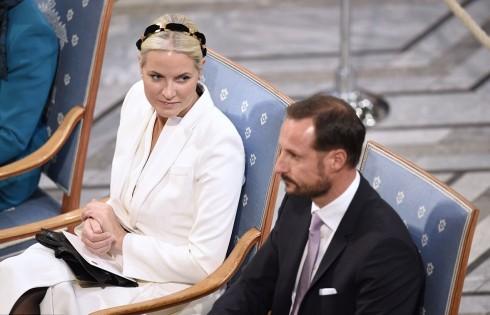 Hoàng tử Na Uy Haakon phải) và vợ, công nương Mette-Marit trái) trong giớ phút trao giải Nobel Hòa bình