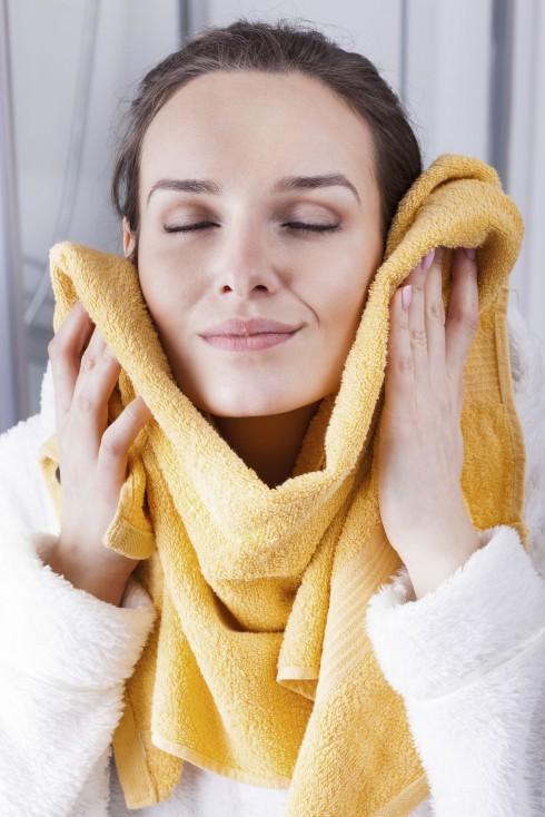 Khi dùng máy rửa mặt, nếu thấy da mặt nổi đỏ, ngứa, đau rát cần ngưng dùng ngay lập tức và đến gặp bác sỹ chuyên khoa hoặc người có chuyên môn để được tư vấn, tránh làm tổn thương da thêm nghiêm trọng.