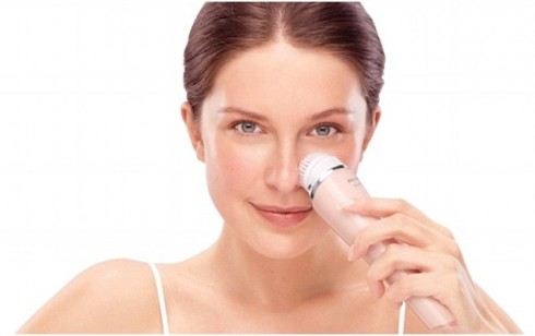 Sử dụng máy rửa mặt hiện đang rất được bạn gái ưa chuộng vì khả năng làm sạch sâu và những tiện ích kèm theo của máy dành cho da