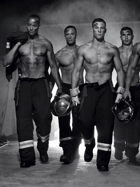 Lính cứu hỏa nam đẹp trai nóng bỏng trên lịch từ thiện 2016