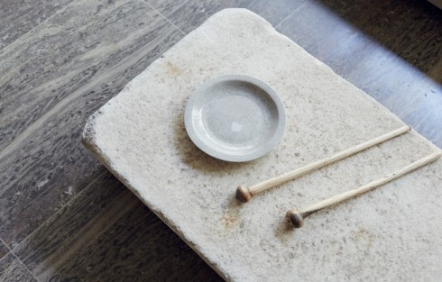 """""""Chồng tôi chọn mang về những đồ vật gọn gàng, trật tự như những chiếc bàn làm việc. Anh ấy là một người giỏi khám phá và hay phát hiện ra những món thú vị  trong các cửa hàng đồ cũ. Còn tôi lại đem về cho ngôi nhà hơi thở Á Châu."""""""