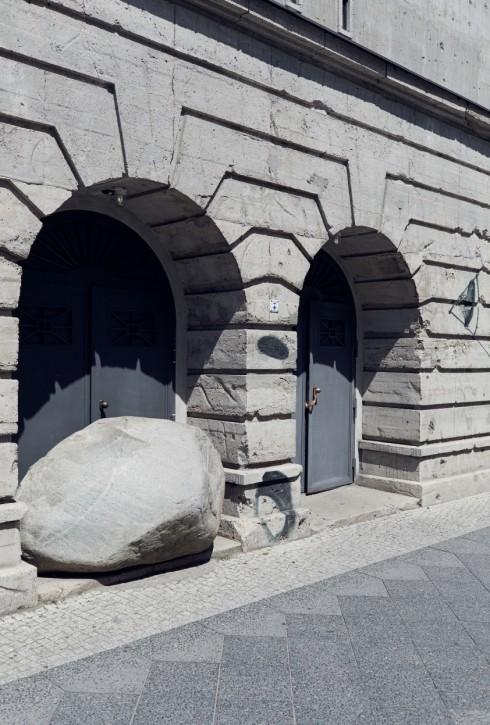 Khối đá khổng lồ nằm ngẫu nhiên ở bậc cửa và những bức vẽ ngẫu hứng trên tường đề cao tinh thần vị nghệ thuật.