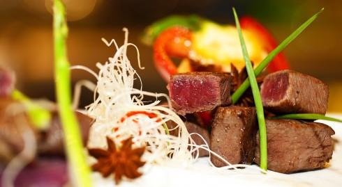 Thưởng thức các món salad tươi cùng các món ăn bắt mắt như cocktail trái bơ và xoài, tôm vùng vịnh Moreton cùng xốt cocktail, sườn bò nướng với yorkies, cá tuyết chiên giòn, gan ngỗng, thịt cừu Úc và thăn bò Úc.