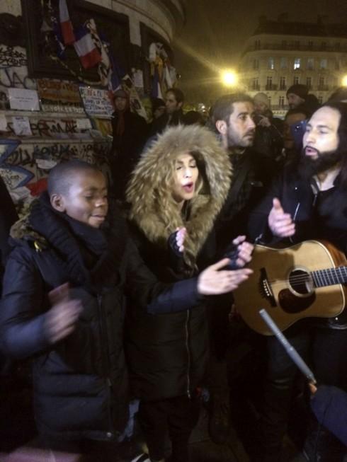 Ca sĩ Madonna cùng con trai út David song ca trong cái lạnh buốt giá trên đường phố Paris