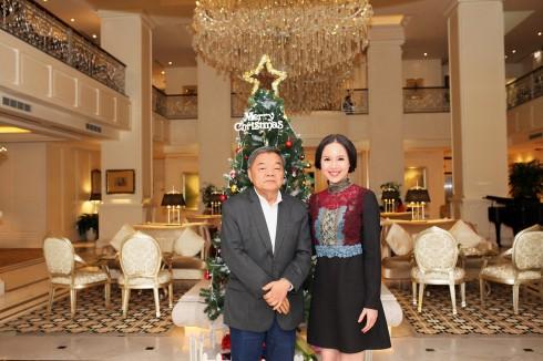 Á hậu Ngọc Oanh chụp ảnh lưu niệm cùng Ngài Toh-Hok-Ghim Nguyên đại sứ Singapore tại Việt Nam.