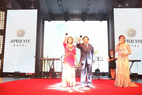 Ông Nguyễn Văn Tuấn và bà Nguyễn Phương Nam nâng ly mừng sự kiện khai trương khách sạn