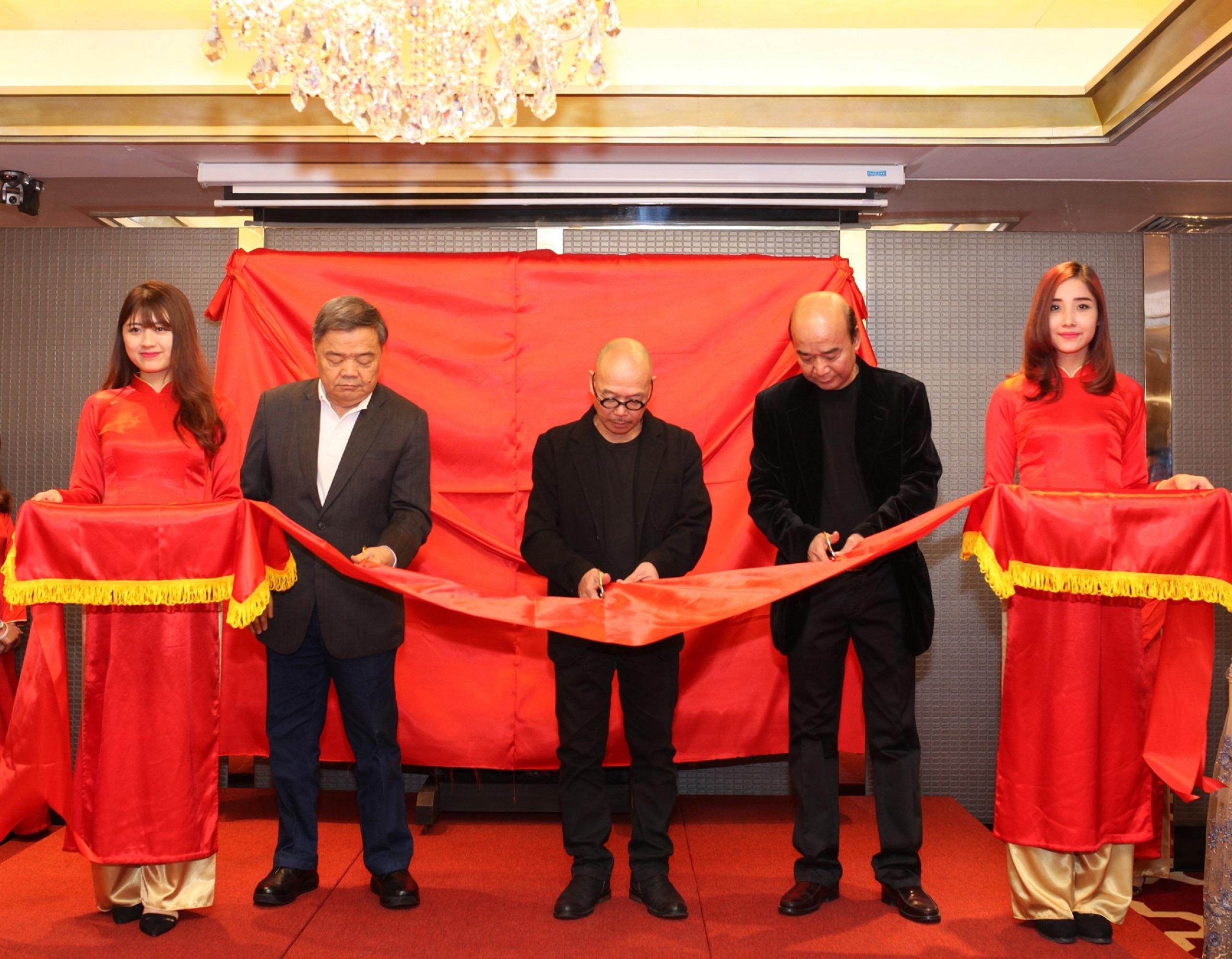 Ông Toh-Hok-Ghim - Nguyên Đại sứ Singapore tại Việt Nam, Họa Sĩ Thành Chương và Ông Ngô Tấn Trọng Nghĩa - Giám tuyển Apricot Gallery cắt băng khai mạc triển lãm Genesis nhân dịp khai trương khách sạn Apricot.