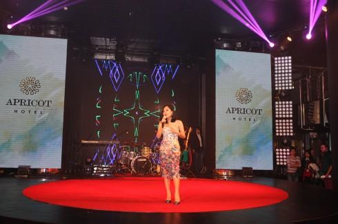 Ca sĩ Hoàng Quyên biểu diễn mừng khai trương Khách sạn Apricot.