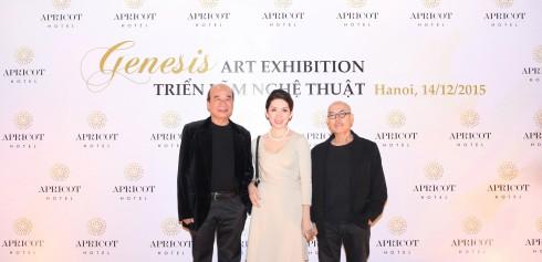 Họa sĩ Thành Chương chụp ảnh lưu niệm cùng Ông Ngô Tấn Trọng Nghĩa - Giám tuyển Apricot Gallery