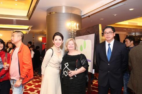 Marian Devin - Phu nhân Đại sứ Canada tại Việt Nam chụp ảnh lưu niệm cùng Đại sứ Singapore tại Việt Nam.