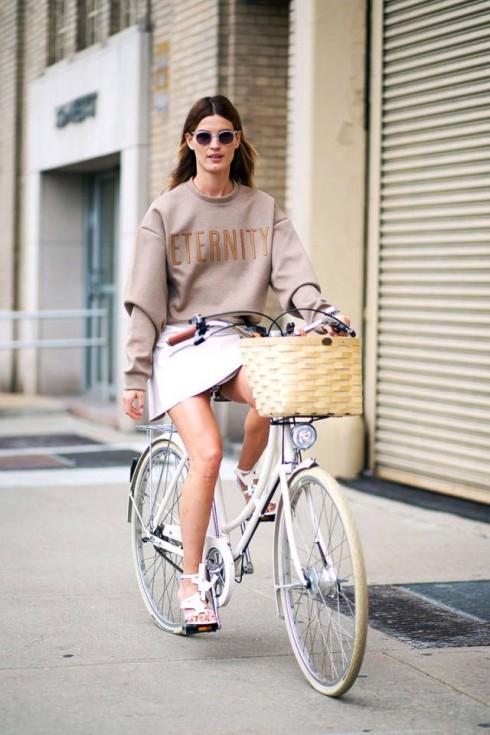 Sweatshirt, jumper, váy ngắn chữ A là ba trong số các key-item của sporty-chic.
