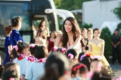 Ngày 23/11 có diễn ra bữa tiệc chào mừng các thí sinh linh đình với pháo hoa, tiệc và âm nhạc điện tử. Trong số hình ảnh các người đẹp được lựa chọn đưa lên bản tin, đại diện Việt Nam đã được xuất hiện vị trí nổi bật đầu trang với hình ảnh rạng rỡ trong sự chào đón của ban tổ chức.