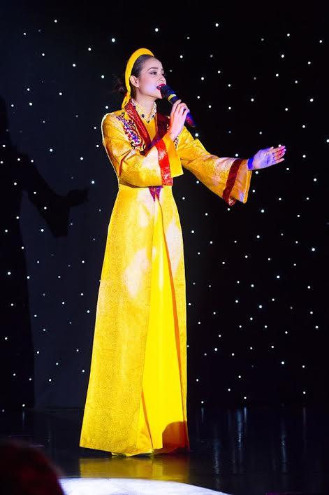 Phạm Hương trình diễn tiết mục Dạ Cổ Hoài Lang. Bộ trang phục đẹp mắt cũng làm tăng thêm giá trị tiết mục biểu diễn của hoa hậu Phạm Hương.
