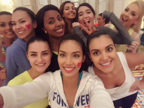 Lan Khuê và các bạn thí sinh tham gia phần thi Miss Sport ở vòng loại