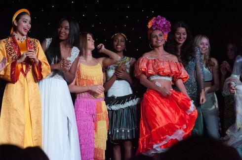 Sự tươi tắn của Phạm Hương giữa các thí sinh thi trong đêm thi tài năng tại cuộc thi Hoa Hậu Hoàn Vũ Thế Giới 2015