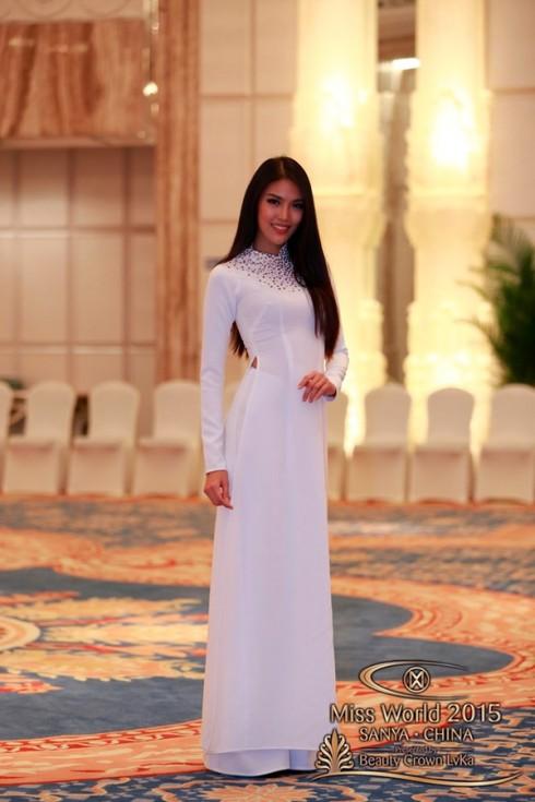 Ngày 25/11 vừa qua, các thí sinh đã bước vào phần quay clip giới thiệu bản thân và thi tài năng. Lan Khuê chọn cho mình chiếc áo dài trắng giản dị, khoe nét đẹp thanh thoát của bộ Quốc phục truyền thống