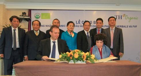 Bà Thái Hương, Chủ tịch Hội đồng quản trị tập đoàn TH ký kết thực hiện tiêu chuẩn hữu cơ Châu Âu (EC 834/2007) và Mỹ (USDA-NOP) cho sản phẩm sữa tươi TH true MILK với ôngRiekele Leonard De Boer, Giám đốc điều hành Công ty Control Union Vietnam.