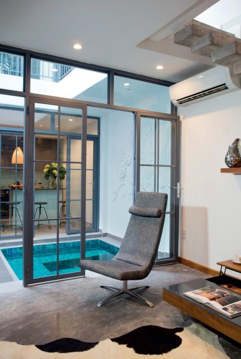 Phần giếng trời và hồ nước không chỉ mang yếu tố công năng là đưa ánh sáng tự nhiên và làm dịu mát bầu không khí, mà còn đóng góp vào yếu tố thẩm mỹ, khiến ngôi nhà có một điểm vừa tĩnh, vừa động.