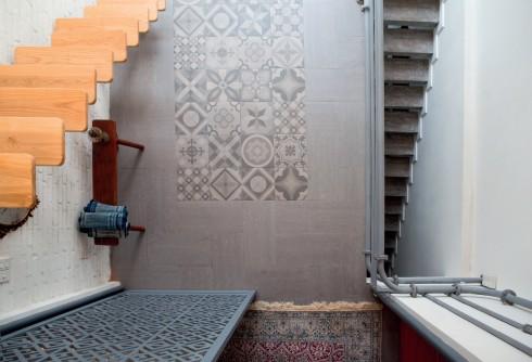 Cầu thang nhỏ. Chủ nhân chỉ lắp đặt những cầu thang rất hẹp và bỏ bớt tất cả các yếu tố không cần thiết, kể cả thanh vịn để tạo cảm giác thoáng đãng, rộng rãi.