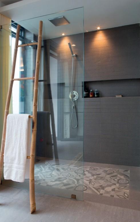 Ngôi nhà chỉ có một phòng ngủ, một phòng tắm và được lược giản về đồ đạc trang trí.