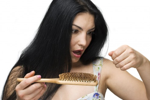 Vào mùa lạnh, tóc thường có xu hướng trở nên khố yếu và dễ gãy rụng hơn bình thường, vì thế bạn chỉ nên đối xử với tóc thật nhẹ nhàng, không nên chải tóc quá mạnh