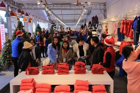 Con phố thời trang mùa lễ hội của CANIFA kích thích mọi giác quan của khách hàng, nơi họ có thể thoả thích mua sắm trong các cửa hàng của CANIFA.