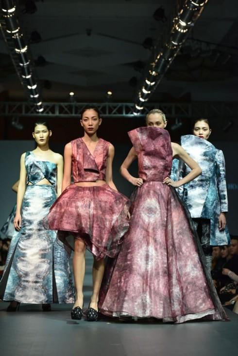 Nhà thiết kế Hoàng Thùy Minh táo bạo thực hiện mơ ước của mình với những đường nét, kết cấu thô cứng của tinh thể, chuyển tải trong những trang phục nữ tính, lộng lẫy, các họa tiết được nổi bật bởi hiệu ứng của ánh sáng