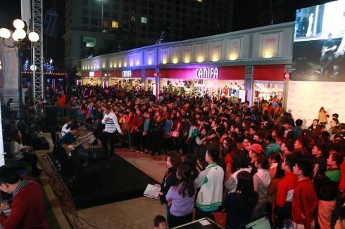 Khán giả hào hứng đón nhận những phần biểu diễn của đêm thời trang bằng những tràng pháo tay và tiếng reo hò cỗ vũ không ngớt.