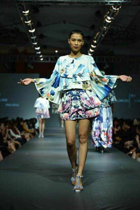 Các chi tiết trên váy được xử lý bằng kỹ thuật xếp nếp, tạo sự bồng bềnh cho trang phục, tạo nên sự tinh tế và sang trọng tuyệt đối.