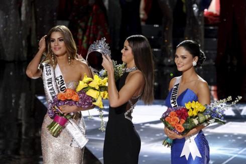 Người đẹp Colombia vẫn cực kì chuyên nghiệp khi bị tước đi vương miện.