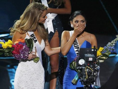 Hoa hậu Phillipines bất ngờ khi kết quả được công bố lại, cô mới là người đoạt ngôi vị cao nhất.