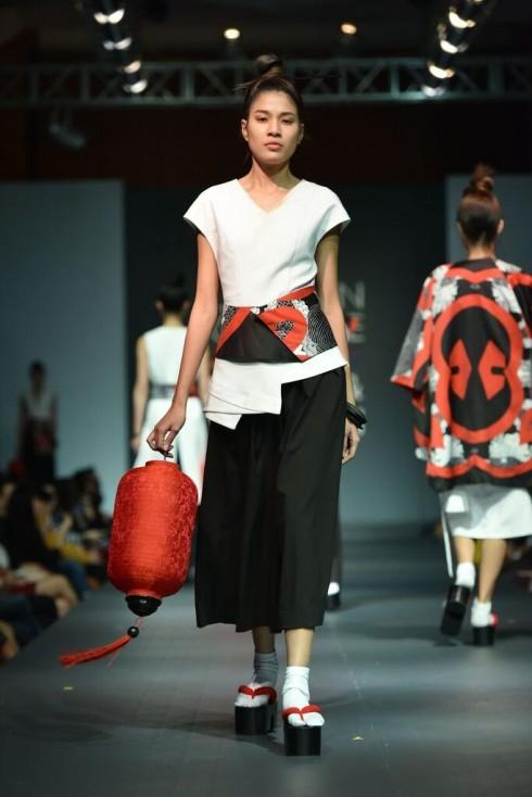 kết hợp phong cách hiện đại cùng với phom dáng tối giản, in kĩ thuật số sắc nét, 3 tông màu chủ đạo đen - trắng - đỏ kết hợp với họa tiết hoa cúc truyền thống của Nhật đã tạo nên những thiết ấn tượng