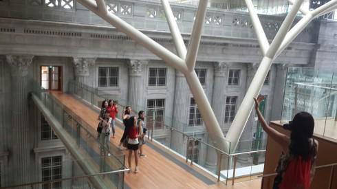 Cây cầu nối hai công trình kiến trúc là hai tòa nhà cổ City Hall và Supreme Court